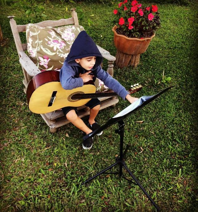 Felipe e violão.jpg
